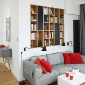 Miejsce  na książki w salonie - mała biblioteczka na ścianie za kanapą. Projekt: Małgorzata Łyszczarz. Fot. Bartosz Jarosz