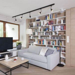 Miejsce na książki w salonie - regał na książki za ścianą z kanapą. Projekt: Katarzyna Kiełek, Agnieszka Komorowska-Różycka. Fot. Bartosz Jarosz