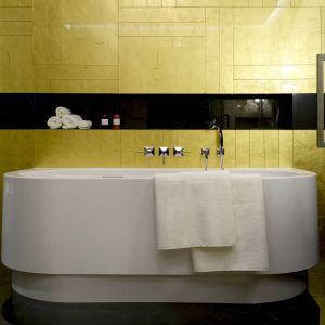 W łazience znalazła się piękna wolno stojąca wanna. Projekt: MIKOŁAJSKAstudio. Fot. Krystyna Mikołajska