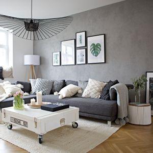 Lampa wisząca o prostej, ale bardzo efektownej formie doskonale wpisała się w nowoczesną stylistykę salonu. Projekt i zdjęcia: SHOKO design