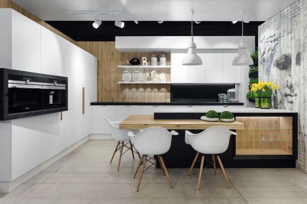 Biel i drewno to duet idealny. Zobaczcie jak prezentuje się w kuchni.