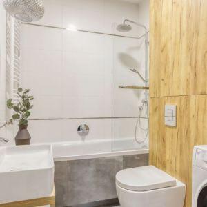 Wanna z parawanem, który pełni też funkcję kabiny prysznicowej. Znajdziemy tu baterię wannową, ale i zestawy prysznicowy. Projekt i zdjęcia: Deer Design Pracownia Architektury