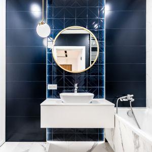 Łazienka ze ścianą w modnym granacie - takie płytki dodadzą elegancji każdemu wnętrzu. Projekt: Moovin Interiors
