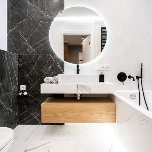 Czarno-białe płytki odwzorowujące rysunek kamienia ta absolutny hit nowoczesnych aranżacji łazienek. Projekt: Moovin Interiors