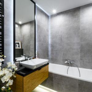 szary kolor w łazience ciągle pozostaje w modzie. Takie wnętrze będzie ponadczasowe. Projekt: Moovin Interiors