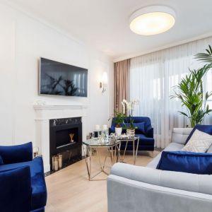Głównymi wyznacznikami aranżacji tego krakowskiego apartamentu są połysk, biel i splendor. Projekt: Anna Kosmala. Fot. Teresa Świtkiewicz