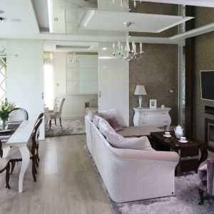 W eleganckim salonie w pięknie łączą się połyskujące materiały, ozdobne oświetlanie i stylizowane meble. Projekt: Agnieszka Hajdas-Obajtek. Fot. Bartosz Jarosz