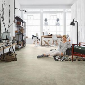 Podłoga w salonie - pomysł na podłogę z paneli. Montaż paneli winylowych jest szybki, prosty i wygodny. Fot. Wineo
