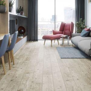 Podłoga w salonie - pomysł na podłogę z paneli. Panele podłogowe z kolekcji Galaxy 4V Pinia Bordeaux dostępne w ofercie firmy RuckZuck. Fot. RuckZuck