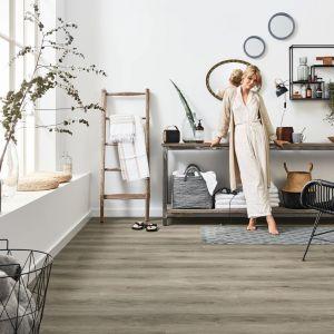 Podłoga w salonie - pomysł na podłogę z paneli. Panele winylowe z kolekcji wineo 600 Rigid w wersji bezklejowej to świetna propozycja do nowoczesnych wnętrz. Fot. Wineo