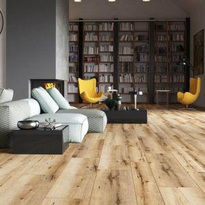 Podłoga w salonie - pomysł na podłogę z paneli. Panele podłogowe Arteo Dąb Kalymnos dostępne w ofercie marki Classen. Fot. Classen