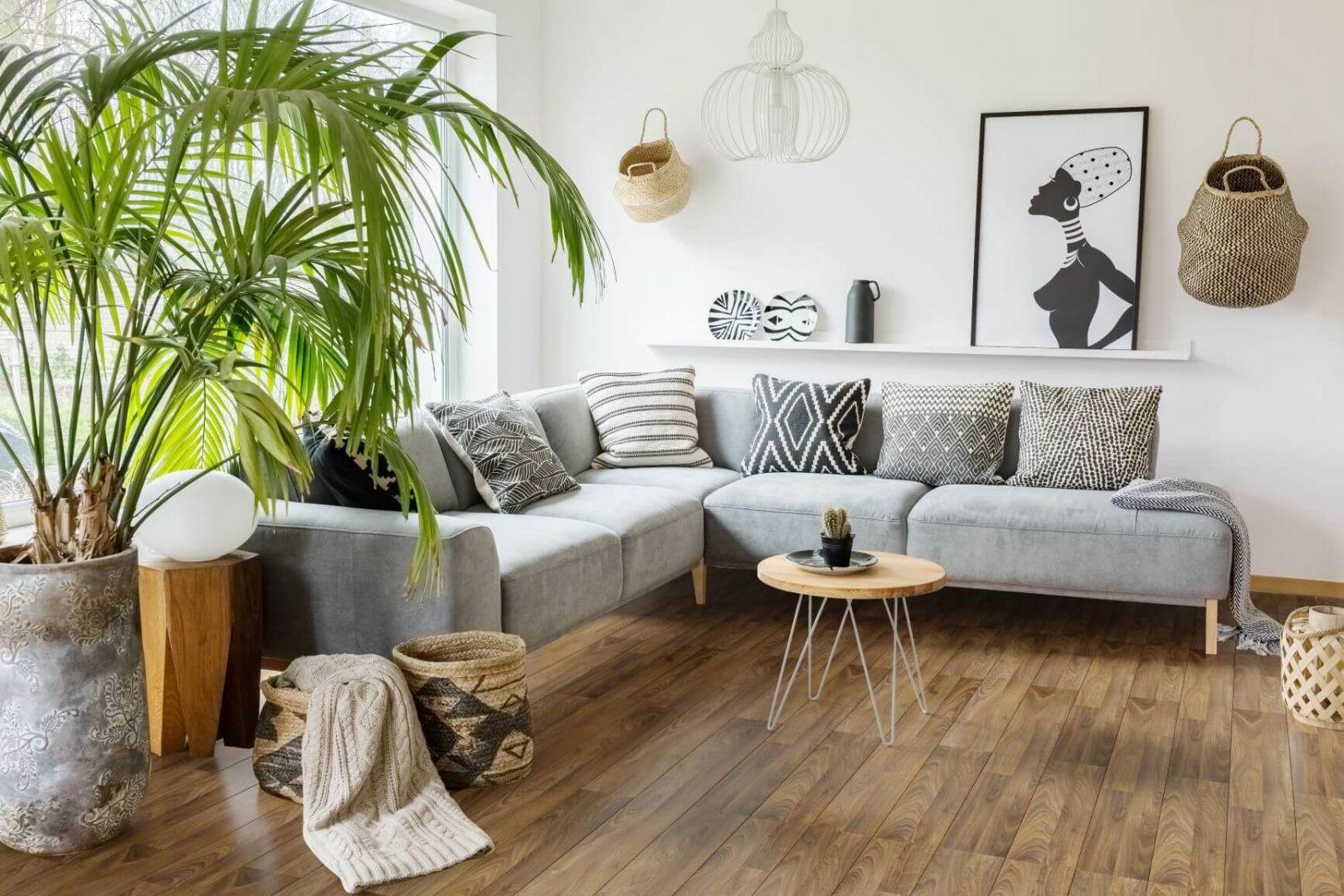 Podłoga w salonie - pomysł na podłogę z paneli. Panele podłogowe Wiparquet Authentic 8 Realistic Dąb Szary. Fot. RuckZuck