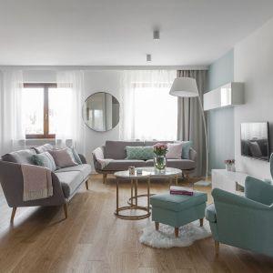 Podłoga i ściana w salonie. Ściany pomalowane farbą w bieli i jasnej szarości, na podłodze - drewniane panele. Projekt i zdjęcia: MAFgroup