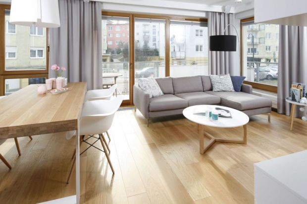 Stolik kawowy to nieodłączny kompan kanapy w salonie - razem tworzą zgraną parę. Jak go dopasować do sofy lub narożnika? Zobaczcie 12 propozycji na stolik z kanapą w salonie!