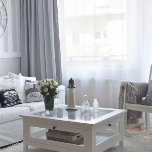W mały salonie warto postawić na wielofunkcyjne meble –  modele, które zapewnią dodatkowe miejsce na przechowywanie rzeczy. Fot. Dekoria