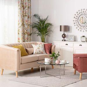 W mały salonie najlepiej sprawdzą się odcienie bieli, szarości, beże i pastele. Rozświetlą pomieszczenie i sprawią, że będzie ono wyglądało na większe Fot. Dekoria