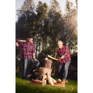 Przy rąbaniu drewna sprawdzą się gogle ochronne, które ochronią nasze oczy przed odłamkami drewna, długie spodnie, odpowiednie buty oraz rękawice. Fot. Juco
