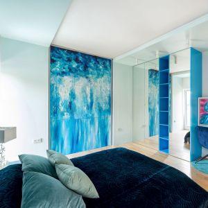 Największą ozdobę sypialni jest ściana zaaranżowana podświetlanymi panelami z karton-gipsu. Efekt jest oszałamiający ze względu na położoną na panelach piękną, imitującą mozaikę tapetę marki Wonderwall. Projekt Trędowska Design. Fot Michał Bachulski