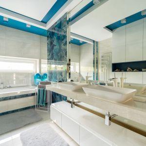 Druga łazienka utrzymana jest w klasycznej biało-niebieskiej kolorystyce przywodzącej na myśl śródziemnomorską estetykę. Projekt Trędowska Design. Fot Michał Bachulski