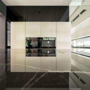 Grę pozorów i zabawę odbiciami tworzą lustra, które także optycznie powiększają przestrzeń pomieszczenia.Projekt Trędowska Design. Fot Michał Bachulski