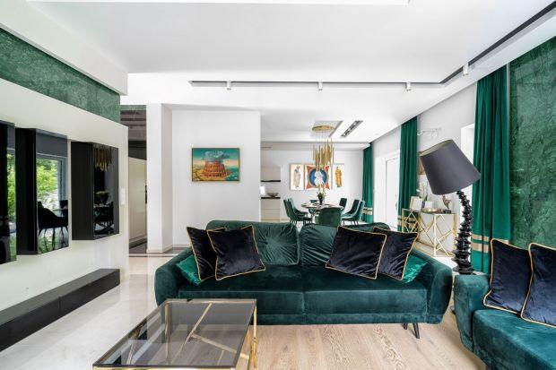 Przestronny i luksusowy. Taki jest dom projektu Iwony Trędowskiej, właścicielki pracowni architektonicznej Trędowska Design. Zapraszamy do jego niezwykle dopracowanego wnętrza, w którym główną rolę gra naturalny kamień i znakomicie zaprojektowa
