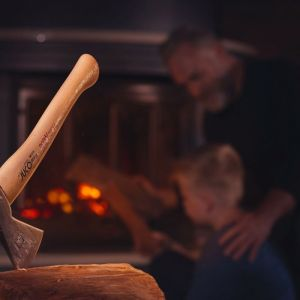 Do rąbania mniejszych kawałków drewna niezastąpiona jest tradycyjna siekiera, która towarzyszy człowiekowi już od wieków. Fot. Juco