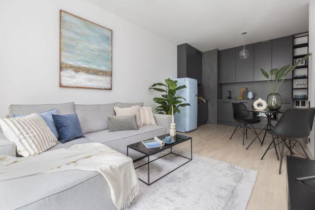 35-metrowe mieszkanie przy ul. Grzybowskiej w Warszawie przeznaczono na wynajem. Inwestorzy, którzy zlecili pracowni Decoroom opracowanie kompleksowego projektu wnętrza, byli otwarci na niestandardowe rozwiązania. Zależało im na stworzeniu wygodnego