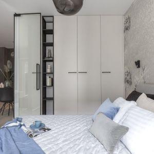 Do sypialni prowadzą szklane loftowe drzwi. Projekt i realizacja: Pracownia Architektury Wnętrz Decoroom. Zdjęcia i stylizacja: Marta Behling, Pion Poziom – fotografia wnętrz