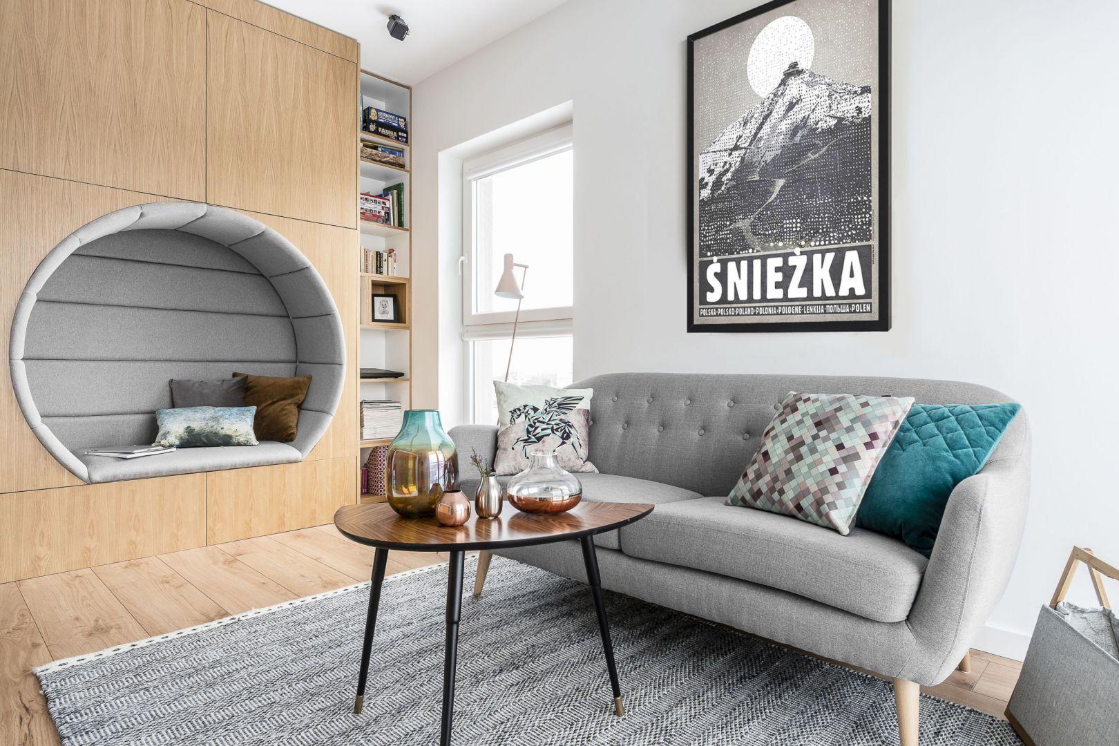 Jasne kolory i drewno sprawiają, że mały salon jest bardzo przytulny. Projekt: Magdalena Bielicka, Maria Zrzelska-Pawlak. Fot. FotoMohito