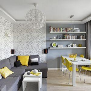 Szare kolory pięknie ożywiają żółte dodatki. Projekt: Ewa Para. Fot. Bernard Białorucki