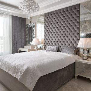 Dekoracyjny wysoki zagłówek to kolejny pomysł na ścianę w sypialni. Projekt Agnieszka Hajdas-Obajtek. Fot. Wojciech Kic