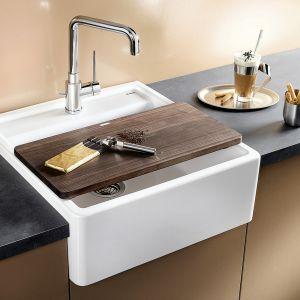 Jeśli w kuchni zaplanujemy meble wolnostojące, wybór sprzętów do montażu w szafkach, zazwyczaj ogranicza się do zlewu kuchennego. Fot. BLANCO Panor Comitor.