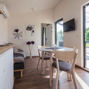 Różnią się one między sobą przede wszystkim metrażem. Porto jest przeznaczony dla czterech osób (jego łączna powierzchnia wynosi 27,49 m2), natomiast Portofino dla sześciu (ma powierzchnię 35m2 i dodatkowo 18–sto metrowy taras). Fot. Natura Home