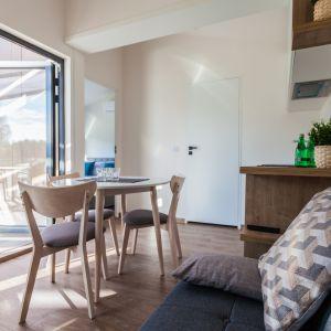 Domy są umeblowane, posiadają aneks kuchenny, niezbędne sprzęty AGD i RTV. Fot. Natura Home