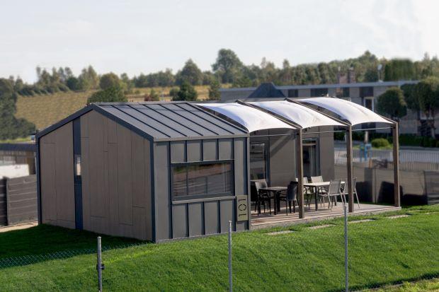 Domy modułowe w jeden dzień mogą stanąć w wyznaczonym miejscu i są gotowe do zamieszkania. Zobaczcie jak wyglądają wewnątrz i na zewnątrz.