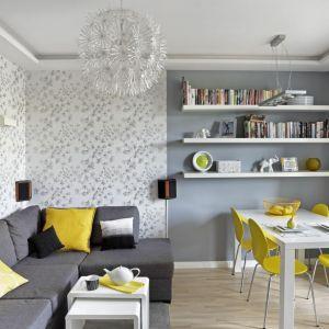 Pomysł na ściany w małym salonie - tapeta w roślinne wzory ma chłodny odcień, który sprawia, że pomieszczenie wydaje się większe. Projekt: Ewa Para. Fot. Bernard Białorucki