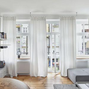 Pomysł na ściany w małym salonie - jasne ściany, jasne półki i białe przejrzyste zasłony. Projekt: Katarzyna Buczkowska-Grobecka. Fot. www.fotografy.eu