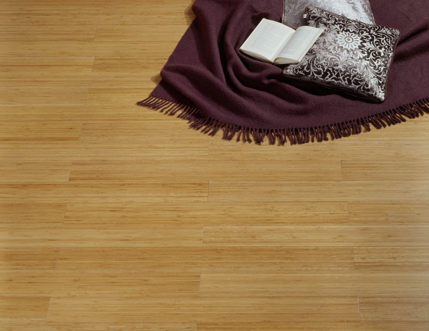 Jednym z najpopularniejszych i najczęściej spotykanych sposobów układania podłogi jest jej klejenie. Na zdjęciu:  podłoga z kolekcji Bamboo. Fot. DLH