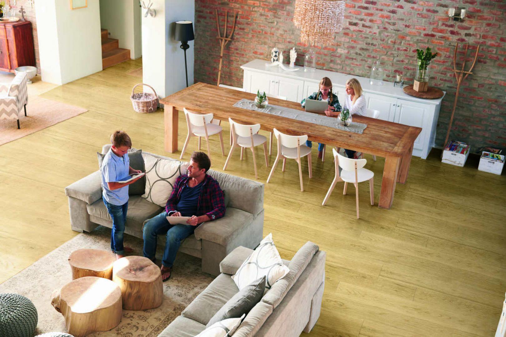 Drewniana podłoga to prosty sposób na eleganckie wnętrze w klasycznym stylu, ale też świetne uzupełnienie nowoczesnych aranżacji, w których marzy nam się duża dawka domowego ciepła. Na zdjęciu: podłoga z kolekcji Deco line honey. Fot. DLH