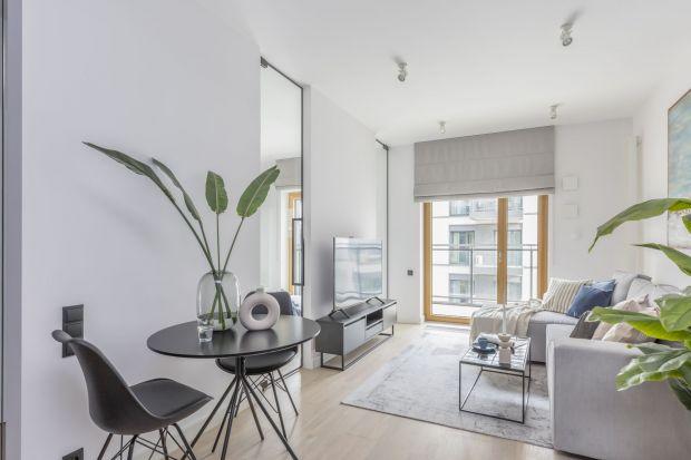 W niewielkich mieszkaniach salon pełni wiele funkcji. Na szczęście istnieje przynajmniej kilka sposobów, które pozwolą nam stworzyć ładną aranżację, a przy tym powiększyć optycznie przestrzeń i zaoszczędzić miejsce w małym pokoju dziennym