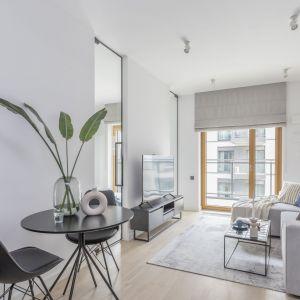 Zaaranżowanie niewielkiego salonu powinno łączyć maksymalne wykorzystanie przestrzeni ze stworzeniem przytulnego i przyjemnego nastroju. Projekt Decoroom. fot. Pion Poziom
