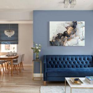Salon z jadalnią. Niebieska część wypoczynkowa zestawiona z drewnianą przytulną jadalnią. Fot. Dekoria