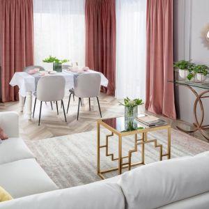 W stylowym salonie znalazła się też jadalnia z pięknym drewnianym stołem i tapicerowanymi krzesłami. Fot. Dekoria