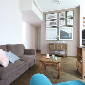 Pokój dzienny jest najbardziej reprezentacyjną częścią domu, dlatego też istotne okażą się także elementy dekoracyjne, które sprawią, że przebywanie w salonie będzie jeszcze bardziej przyjemnie. Projekt Ola Kołodziej, Ula Szmyt. Fot. Bartosz Jarosz