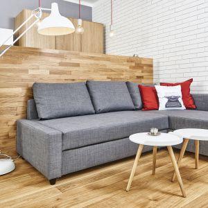 Salon z kuchnią pozwoli zaoszczędzić miejsca i optycznie powiększy pomieszczenie. Projekt Katarzyna Kiełek. Fot. Bartosz Jarosz