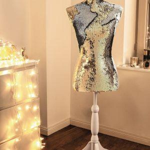 Cekinowy manekin to propozycja dla miłośników mody. Fot. KiK