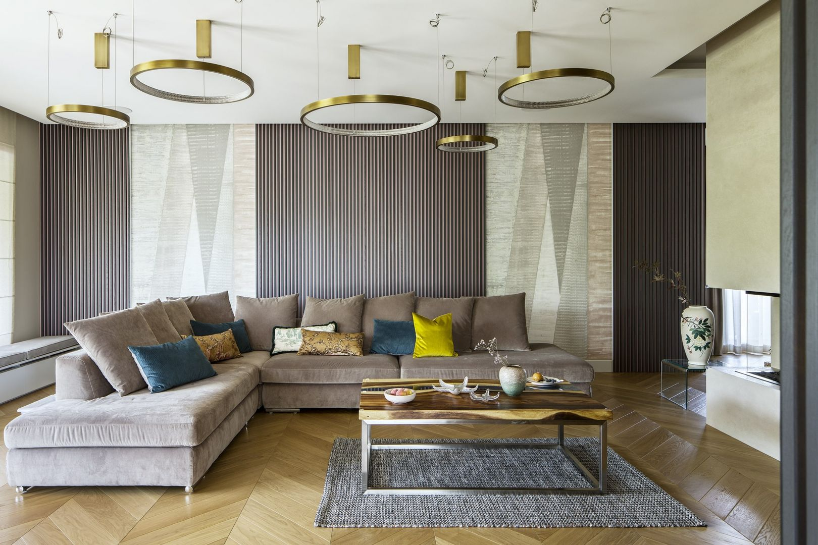 Złote lampy dodają salonowi blasku. Projekt Tissu Architecture. fot. Yassen Hristov