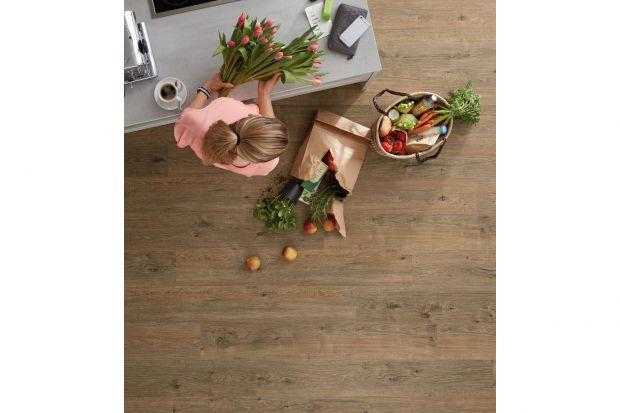 Jaką podłogę wybrać do nowoczesnego wnętrza? Polecamy panele podłogowe, które są trwałe i pięknie odwzorowująnaturalne drewno i kamień. A do tego sąprzyjaznych środowisku.