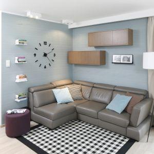 Ścianę za kanapą zdobię półki i szafki, które na niedużej przestrzeni zapewniają dodatkowe miejsce do przechowywania. Projekt Saje Architekci. Fot. Bartosz Jarosz