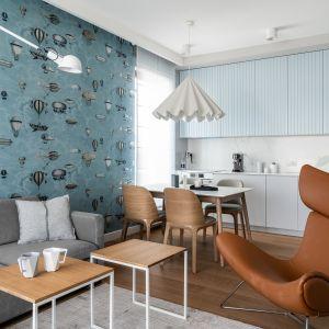 Ścianę za kanapą zdobi bajeczna tapeta. Projekt Anna Maria Sokołowska. Fot. Fotomohito